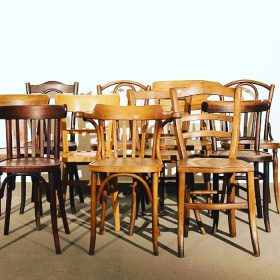 Gruppe alter Stühle