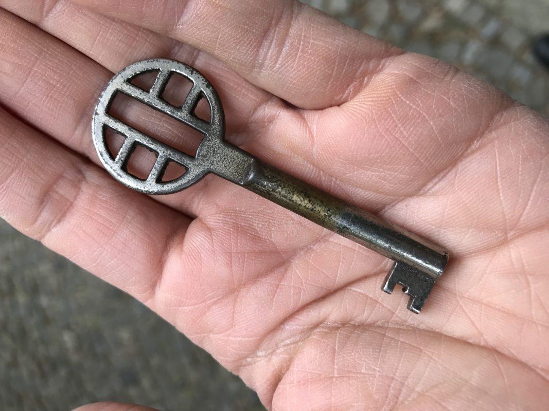 Alter Schlüssel für einen Schrank im MoebelladenBerlin