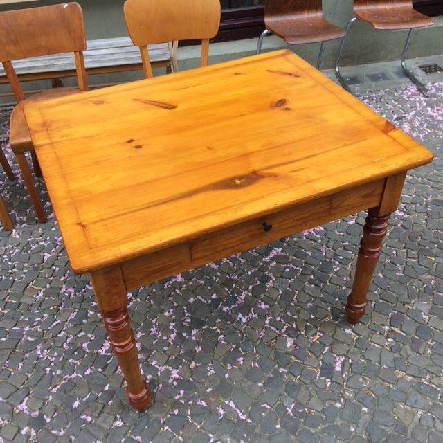 Platte Tisch